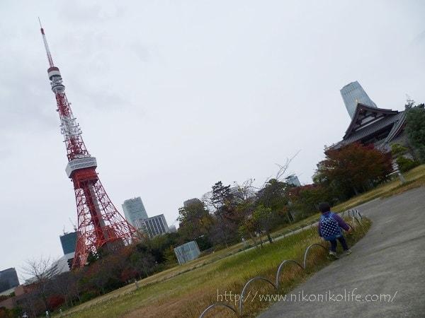 東京タワーの展望台を満喫する3歳児