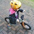 4歳児、レンラッドのバランスバイクを練習する