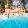 水泳のDVDを見て研究する4歳児(年中)